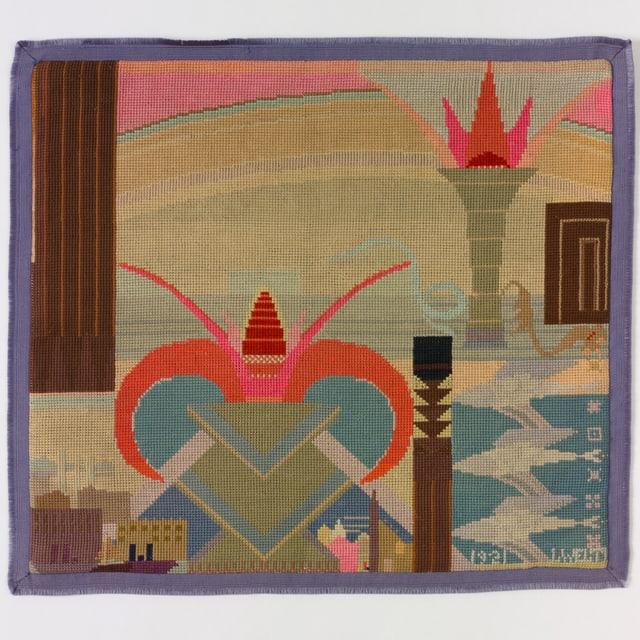 Stickerei auf einer quadratischen Fläche. Die Motive sind grösstenteils abstrakt, es lassen sich aber ein herzförmiges Gebilde, Häuser und eine Fackel erkennen.