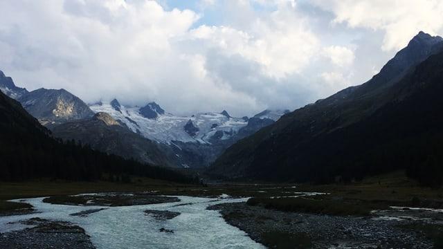 Blick ins Val Roseg. Am Ende des Tals ist der Roseg-Gletscher zu sehen.