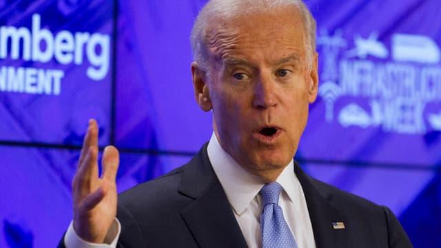 Joe Biden gestikuliert während einer Rede