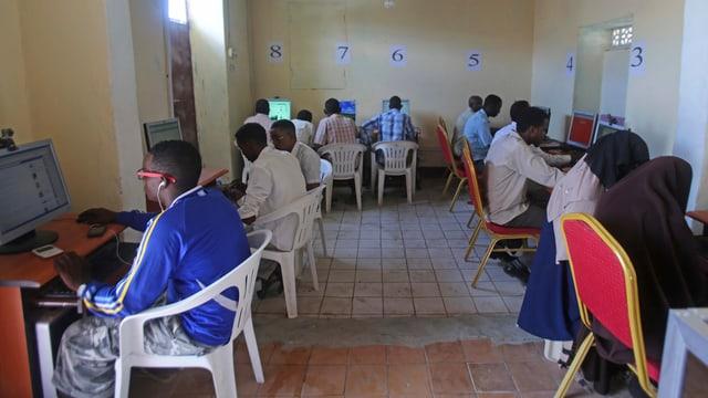 Ein Dutzend Somalier und Somalierinnen sitzen in einem Internet-Kaffee vor den Bildschirmen.