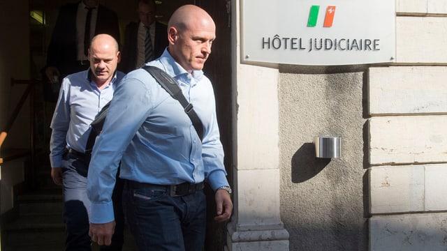Didier Cuche läuft mit ernster Miene aus dem Gerichtsgebäude heraus.