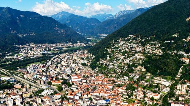 Blick auf eine dicht besiedelte Berg- und Tallandschaft