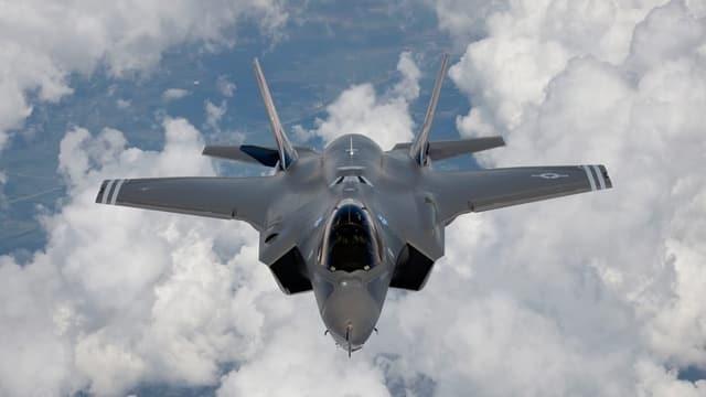 Ein Kampfjet F-35 in der Luft von vorne, darunter Wolken.