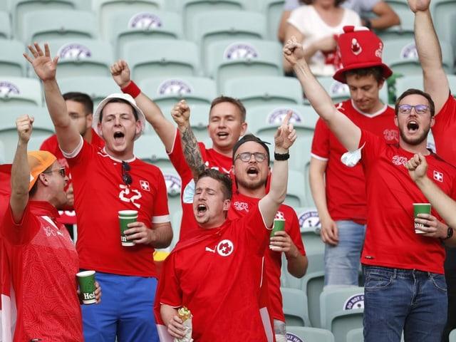 Schweizer Fans im Stadion in Baku.
