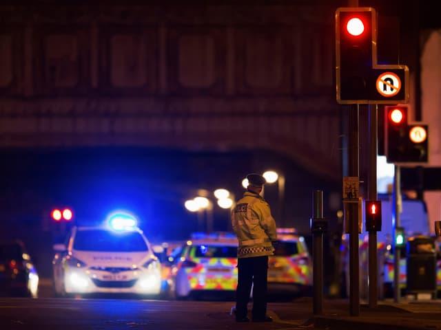 Strasse in Manchester, Polizeiauto und Polizisten.