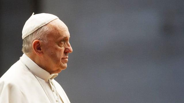 Papst Franziskus von der Seite.