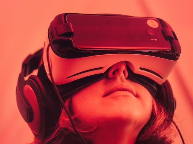 Kind bit VR-Brille