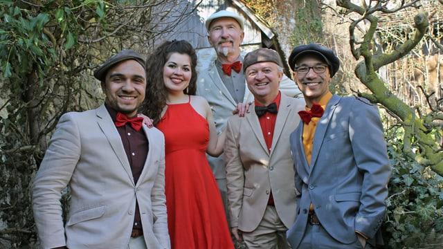 Gruppenbild der fünfköpfigen Band Salsongoza