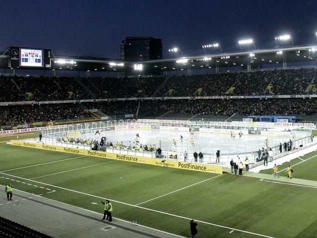Das Stade de Suisse 2007 beim Tatzen-Derby mit einem Eisfeld in der Mitte des Fussballfeldes.