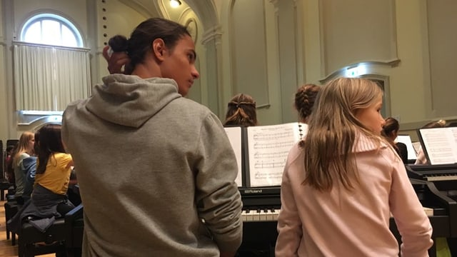 Zwei Kinder am Klavier