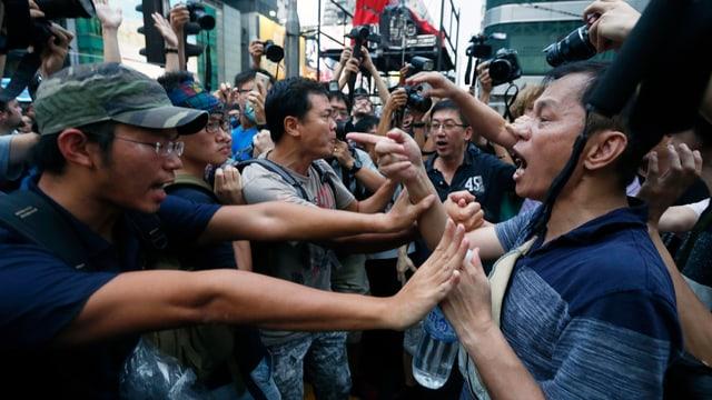Demonstranten (links) und Gegendemonstranten in Hongkong