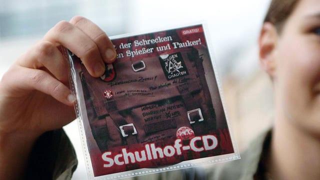 Ein junge Hält die Schulhof-CD in der Hand.