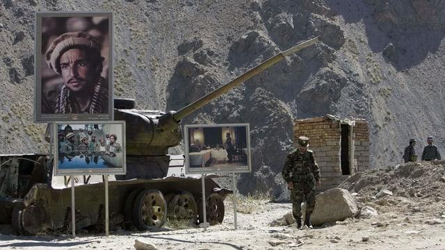 Bilder von Achmed Schah Massud neben einem zerstörten Panzer.