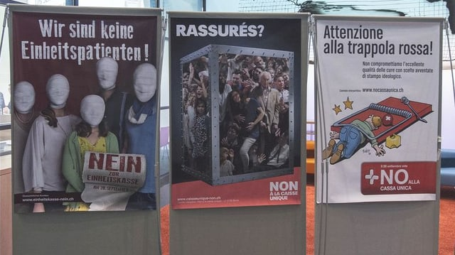 Plakate mit Nein-Parolen gegen die Einheitskassen.