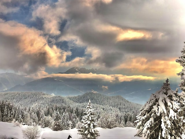 Wolken in verschneiter Berglandschaft