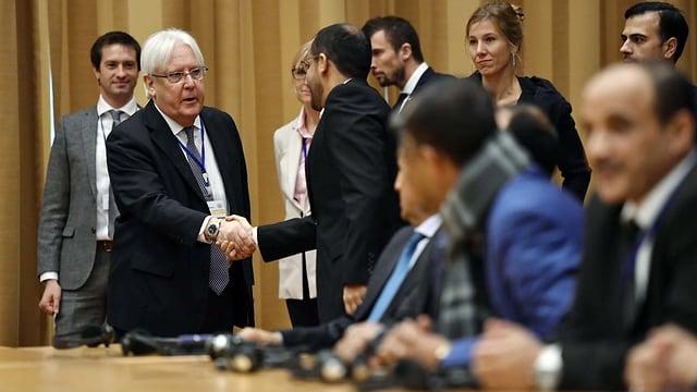 Der UNO-Gesandte für Jemen, Martin Griffiths, begrüsst die jemenitischen Delegierten zu den Friedensgesprächen im Schloss Johannesberg in Schweden.