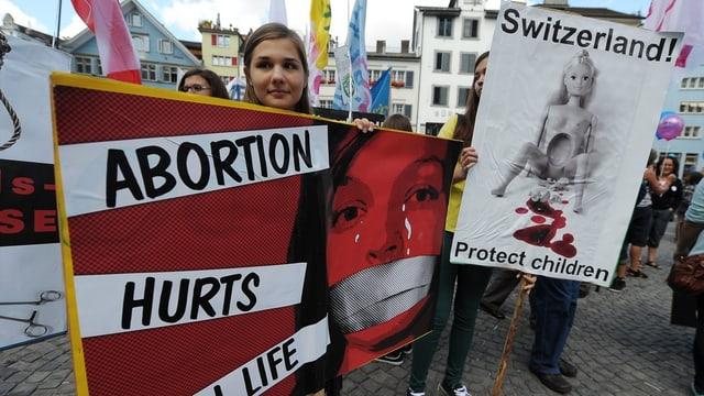 Mehrere hundert Demonstrantinnen und Demonstranten protestieren am «3. Marsch für s'Läbe» gegen Abtreibung im Herbst 2012 in Zürich.