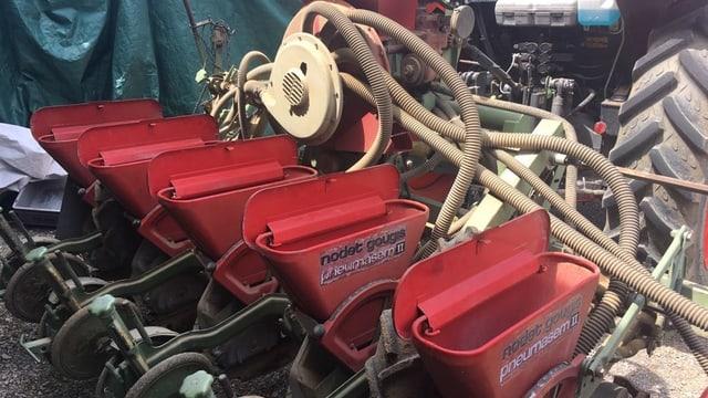 Rote Traktorbehälter