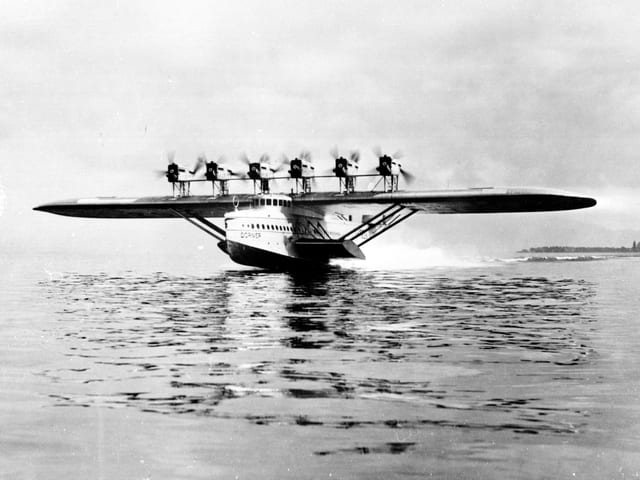 Das Flugschiff Do X beim Start auf dem Bodensee.