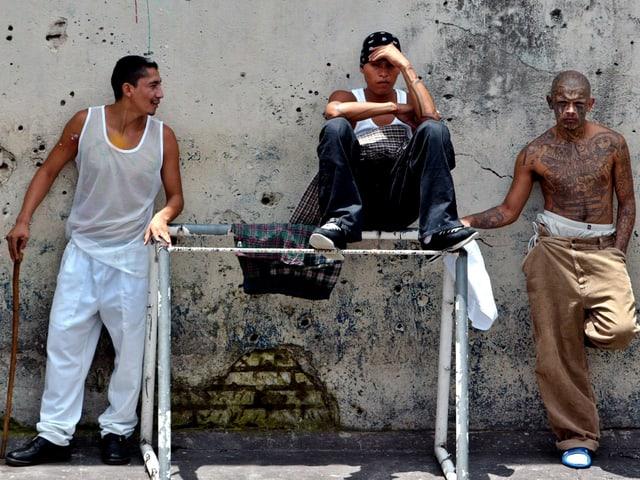 Bandenmitglieder posieren 2005 im Gefängnis Pavón.