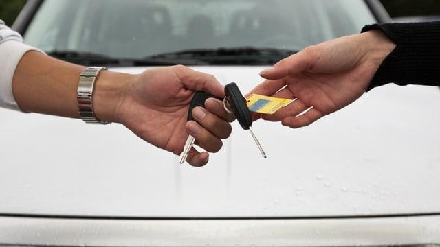 Übergabe eines Autoschlüssels