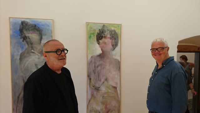 Reto Cavigelli (san.) e Leza Dosch davant ina ovra dal pictur artist.