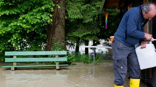 Platzwart Werner Heers holt Frischwasser in einem Eimer, anlässlich des Hochwassers vom Samstag, aufgenommen auf dem Campingplatz Guetighausen an der Thur am Sonntag, 2. Juni 2013.