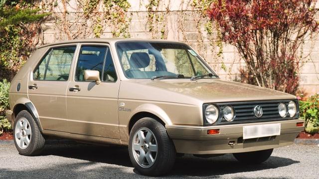 Goldenfarbener VW Golf.