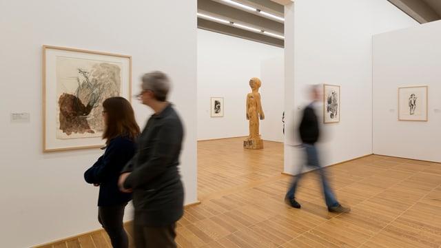 Menschen in den Ausstellungsräumen des Kunstmuseum Basel.