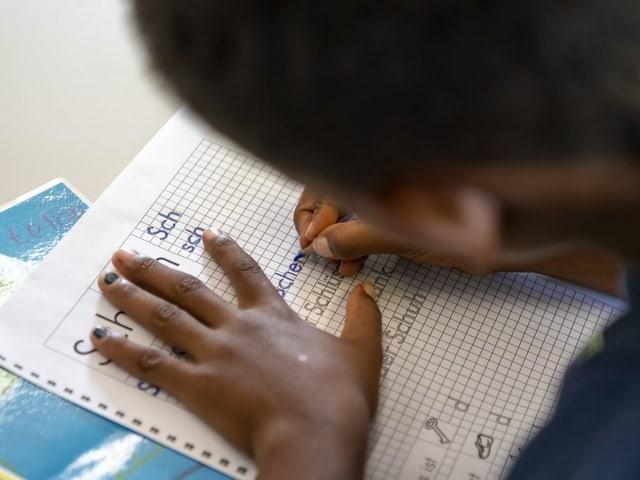 Der Unterricht soll die Kinder und jungen Erwachsenen auf die Schweizer Schulen vorbereiten.