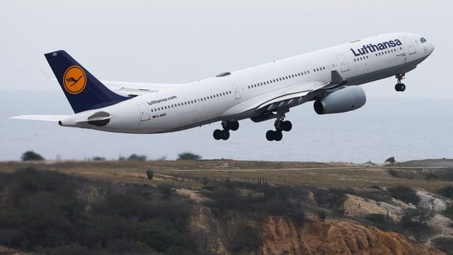 Eine Lufthansa-Maschine startet Anfang Woche vom Flughafen Simon Bolivar in Caracas.