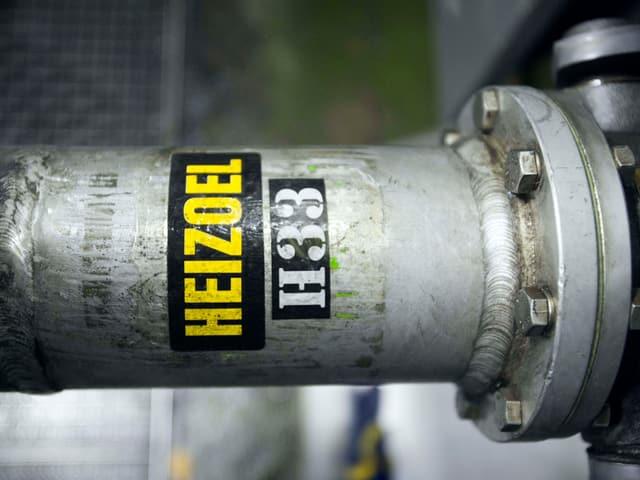 Metallleitung mit Heizoel-Schriftzug