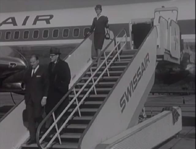 Swissair-Hostess steigt aus dem Flugzeug.