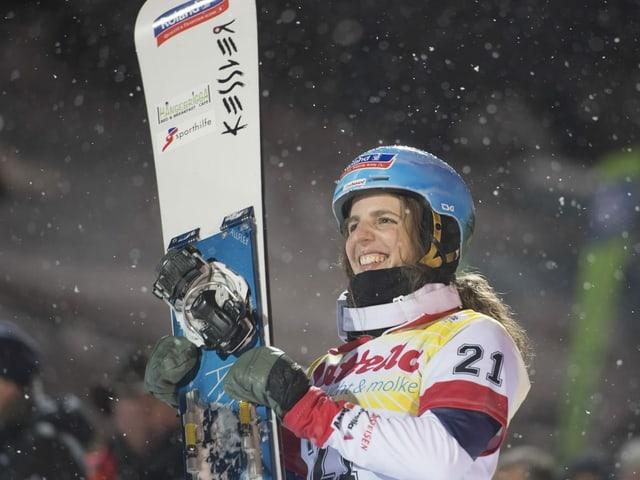 Patrizia Kummer lacht mit dem Brett unter dem Arm.