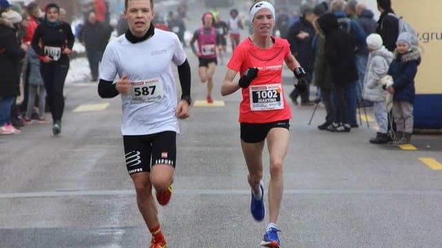 Zwei Läufer rennen auf der Strasse.