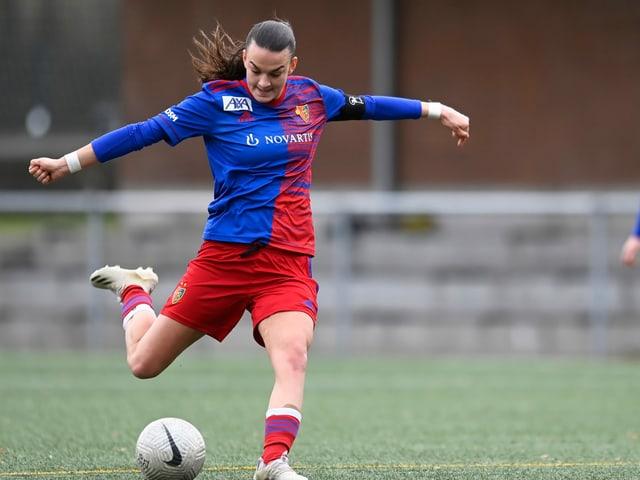 Riola Xhemaili drischt auf den Ball ein.