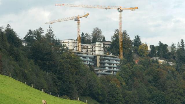 Hotel-Resort Bürgestock mit Baukränen