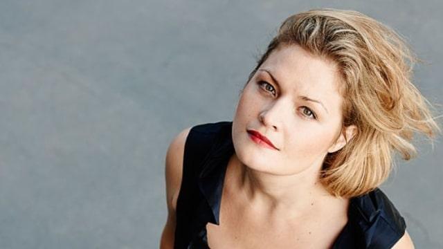 Portrait Silke Gäng in Abendkleid von oben fotografiert