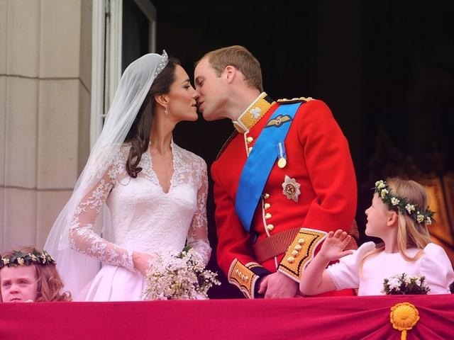 Prinz William und Cate Middleton beim Kuss auf dem Balkon.