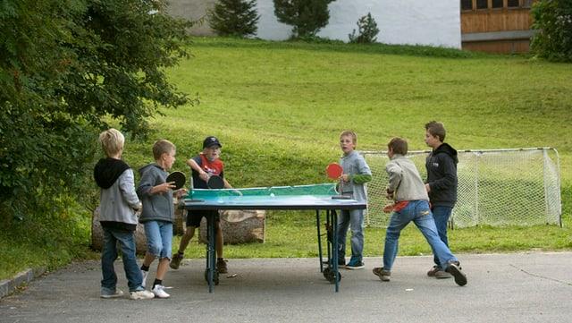 Schulkinder spielen Ping Pong
