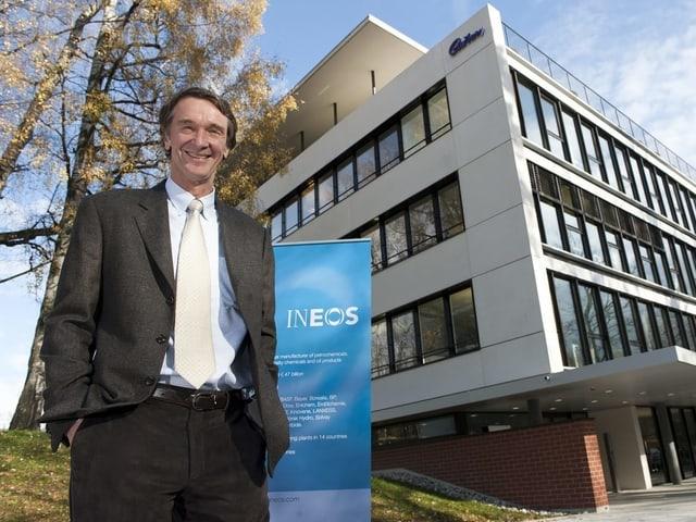 Jim Ratcliffe vor dem ehemaligen Firmensitz in Rolle bei Lausanne.