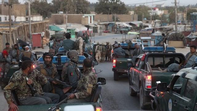 Schuldads afgans s'avanzan vers il center da la citad da Kundus.