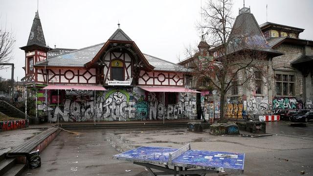 Reitschule, ein verspraytes Gebäude
