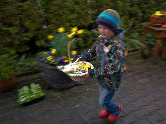 Ein Kind freut sich über das gefundene Osternest