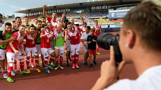 Alioski fotografiert seine Teamkollegen.