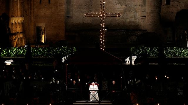 Papst Franziskus vor dem Kreuz