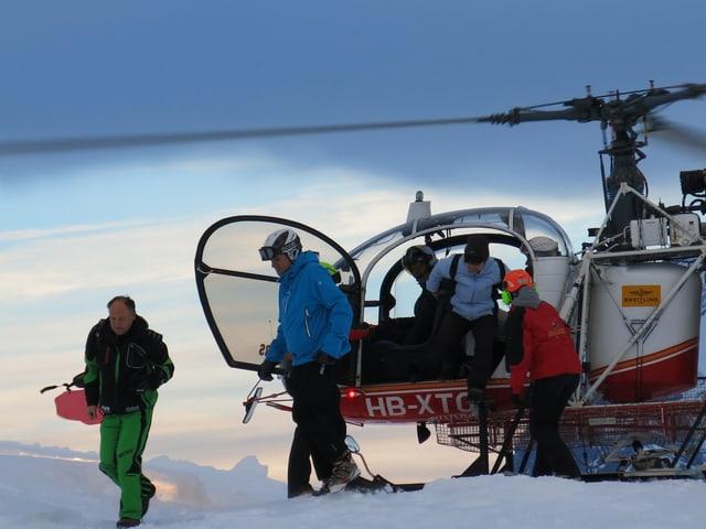 Gäste entsteigen dem Helikopter auf 2400 Metern Höhe.