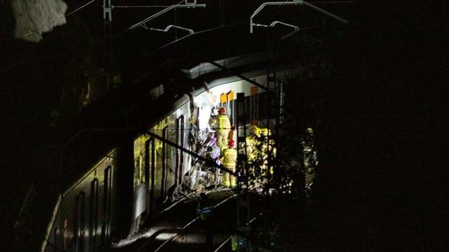 Rettungsteams an kollidierten Zügen.