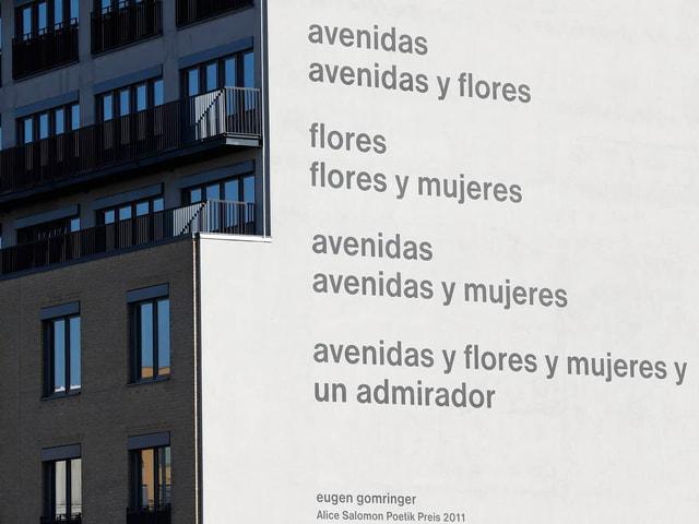 Fassade mit Gedicht