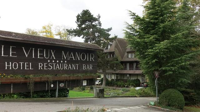 Das Eingangsschild zum Vieux Manoir, dahinter das Hotel.